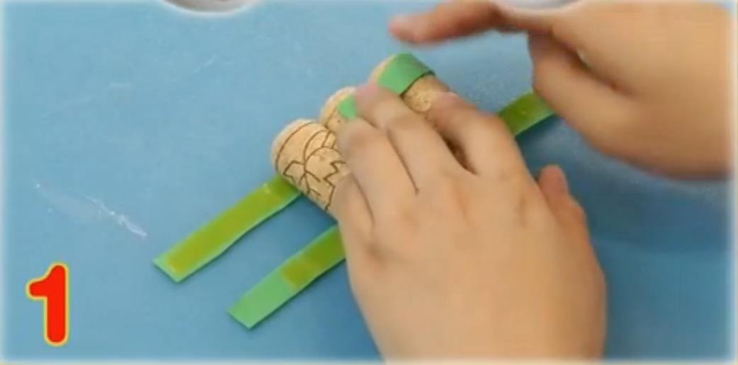 第一步:用海绵纸将三个木塞固定在一起