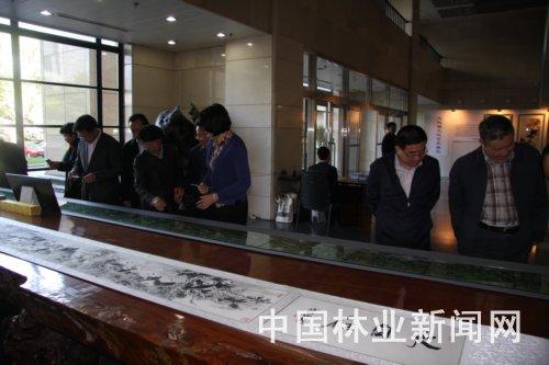 观众在欣赏大熊猫书画作品 中动协供图
