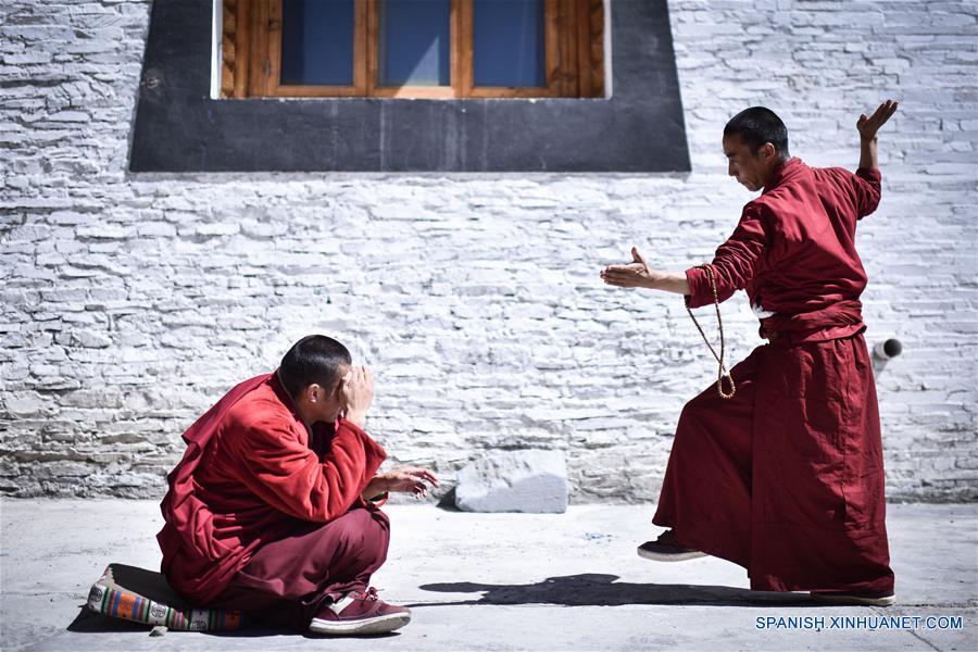 Imagen del 18 e abril de 2016 de monjes realizando doctrinas budistas tibetanas en el Monasterio Labu, en la Prefectura Autónoma Tibetana de Yushu, provincia de Qinghai, en el noroeste de China. (Xinhua/Wu Gang)