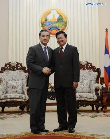 VIENTIANE, April 24, 2016 (Xinhua) -- Lao Prime Minister Thongloun Sisoulith (R) shakes hands with visiting Chinese Foreign Minister Wang Yi in Vientiane, Laos, on April 23, 2016. (Xinhua/Liu Ailun)