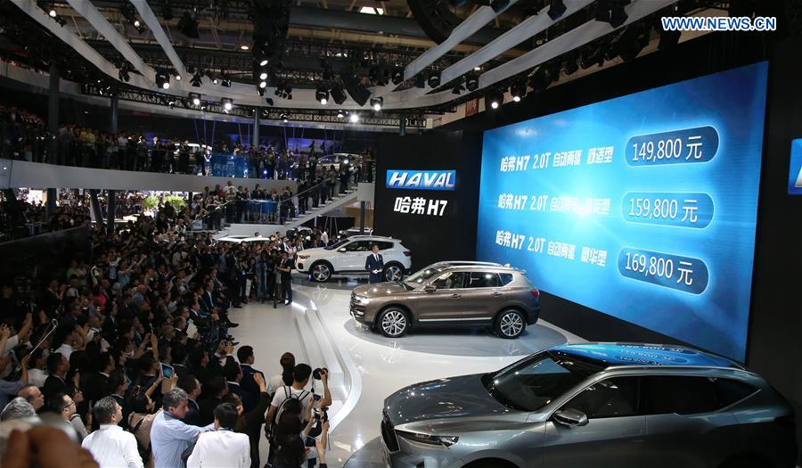 BEIJING, April 25, 2016 (Xinhua) -- Vistors watch Haval H7 SUVs at Beijing International Automotive Exhibition in Beijing, capital of China, April 25, 2016. The exhibition attracted more than 1,600 exhibitors from 14 countries and regions. (Xinhua/Bai Xuefei)