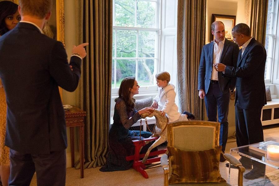 Le petit prince George reçoit les Obama en pyjama