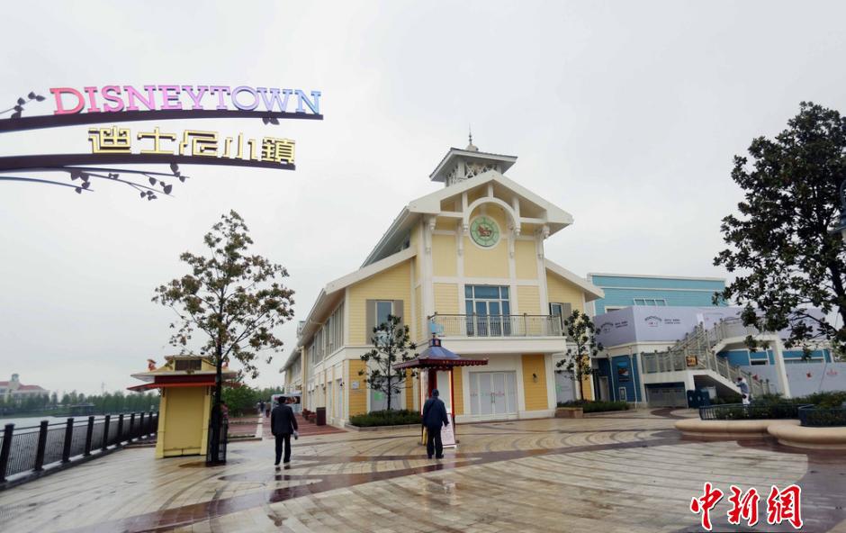 В городе в преддверии открытия парка развлечений рядом с ним начали работать торговая зона и новая станция метро