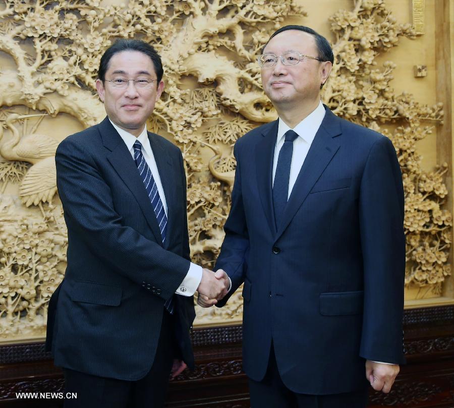 Член Госсовета КНР Ян Цзечи и глава МИД Японии обсудили двусторонние отношения