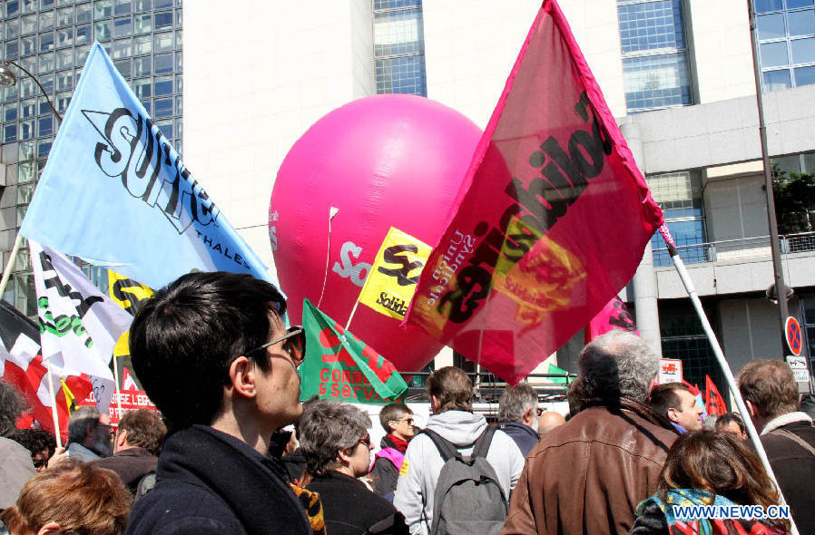 Participants au défilé pour célébrer la Fête du travail à Paris, capitale française, le 1er mai 2016. (Photo : Zheng Bin)