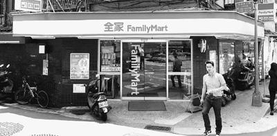 五步之内必有便利店,便利店除了出售商品,还提供缴纳水电费等各种生活费用、取火车票、网购取货付款等多种服务。不承想,因为太过便利,反而拖慢了台湾电子商务的发展速度。