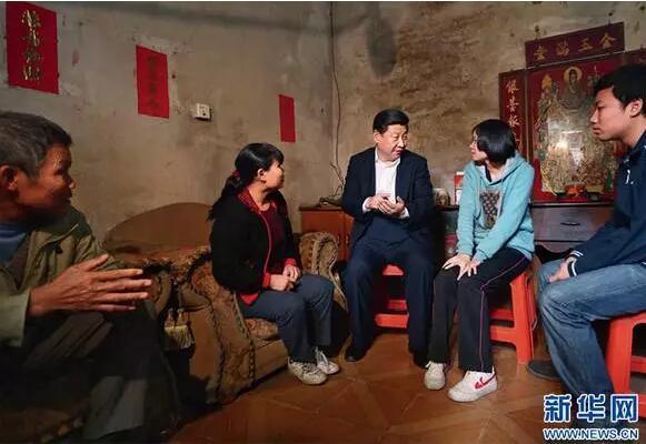 2012年12月9日,习近平在广东省顺德市黄龙村看望村民张锡尧一家。(兰红光摄)