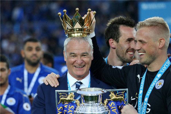 The Visiting Everton Show Their Respect To Reigning Premier League Winners Wes Morgan Leicester Captain Can Now Savor Moment With His