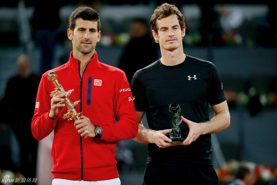 Novak Djokovic (left) and Andy Murray (right) receive their trophies after the final of the Madrid Masters on May 8, 2016. [Photo: sports.sina.com.cn]