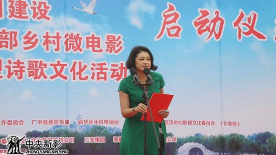 著名演员、电视剧《乡村爱情》谢大脚的扮演者于月仙宣读批复文件