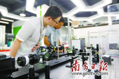 深圳超多维光电子公司技术人员在研发实验室做实验。 鲁力 摄