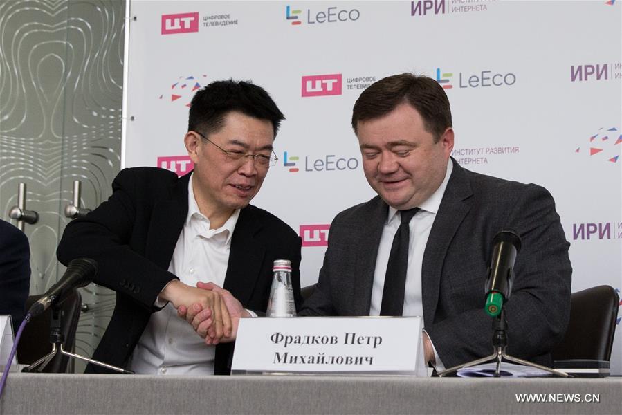 вице-президент LeEco, генеральный директор Le Vision Picture Чжан Чжао /слева/ и генеральный директор Российского экспортного центра Петр Фрадков.