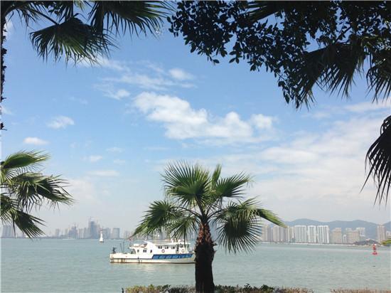来到海边,眺望那无际的碧海蓝天:波浪滚滚,轮船缓缓驶过;天空高远