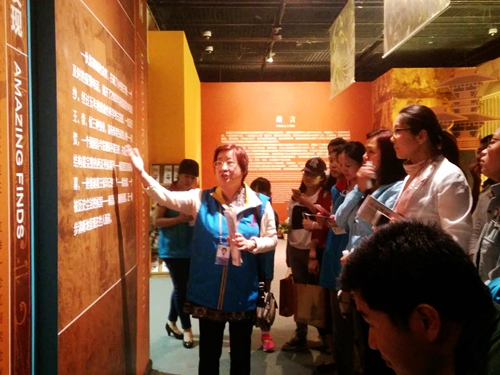 Accustomed to serving others, these volunteers are now being served themselves. Tonight at the Capital Museum, they not only get to see some high-profile exhibitions, but also benefit from the expertise of these museum guides on nightshift.
