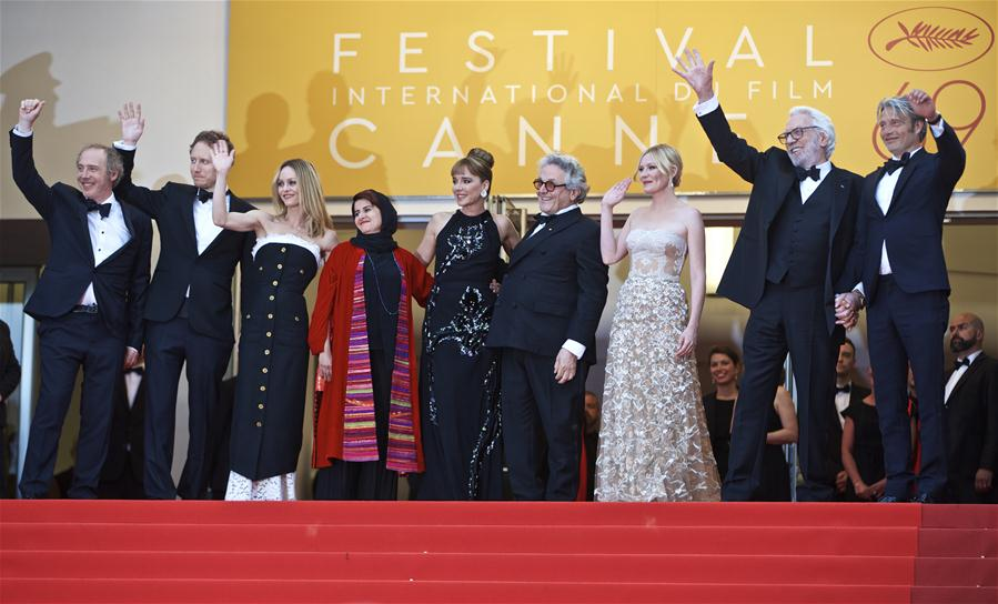 (L-R) Jury members French director Arnaud Desplechin, Hungarian director Laszlo Nemes, French actress and singer Vanessa Paradis, Iranian producer Katayoon Shahabi, Italian actress and director Valeria Golino, Australian director George Miller, U.S. actress Kirsten Dunst, Canadian actor Donald Sutherland and Danish actor Mads Mikkelsen pose as they arrive at the closing ceremony of the 69th Cannes Film Festival in Cannes, France, May 22, 2016. (Xinhua/Jin Yu)
