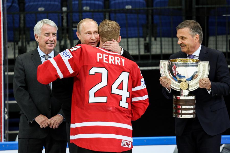 В.Путин вручил кубок канадским хоккеистам, выигравшим чемпионат мира в России