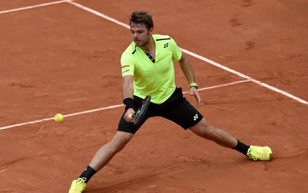 French Open: Defending champ Wawrinka beats Rosol 4-6, 6-1, 3-6, 6-3, 6-4
