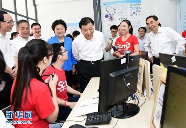 5月21日至23日,中共中央政治局常委、中央书记处书记刘云山在广东调研。这是5月21日,刘云山在华南师范大学与学生亲切交流。 新华社记者 谢环驰 摄