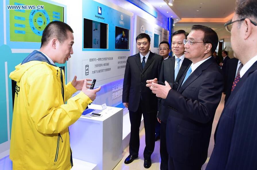 GUIYANG, May 25, 2016 (Xinhua) -- Chinese Premier Li Keqiang (2nd R) talks with an exhibitor before the opening ceremony of the China Big Data Industry Summit & China E-commerce Innovation and Development Summit in Guiyang, capital of southwest China
