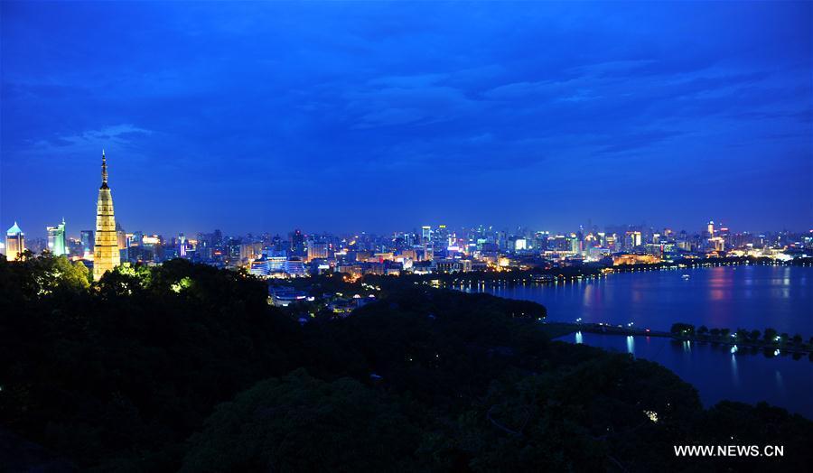 HANGZHOU, 25 mai (Xinhua) -- Vue nocturne de la Pagode Baochu du lac de l