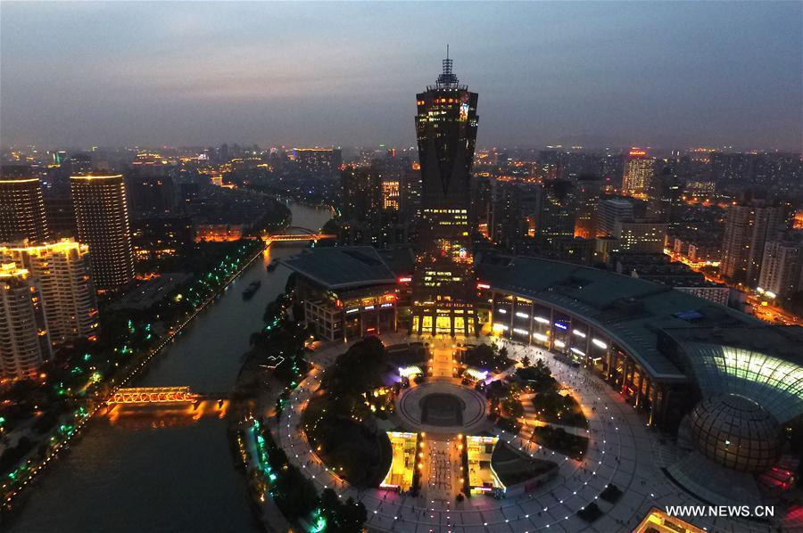 HANGZHOU, 25 mai (Xinhua) -- Vue nocturne de la Place de la culture du lac de l