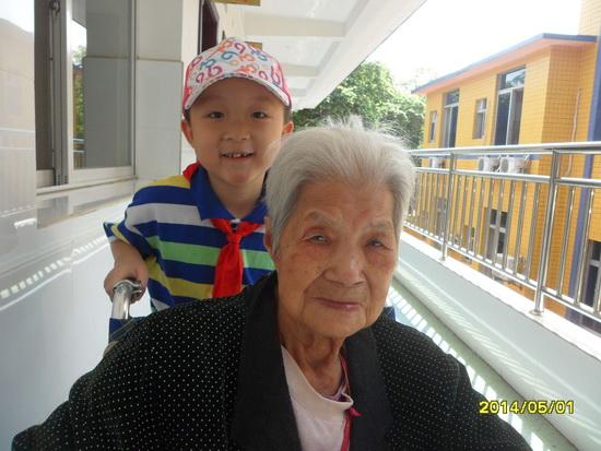 5.1小长假,覃川来到养老中心,推着刘奶奶出来晒太阳
