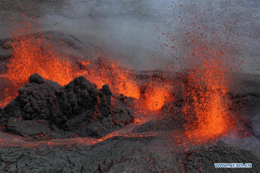Photo prise le 26 mai 2016 montrant le Piton de la Fournaise en éruption à l