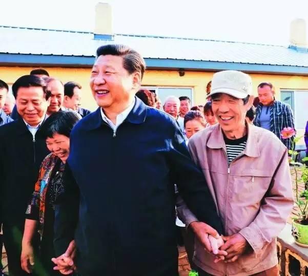 这是5月23日下午,习近平在伊春上甘岭林业局溪水经营所林场职工刘养顺家,同一家人及其邻居们亲切交谈。新华社记者 兰红光 摄