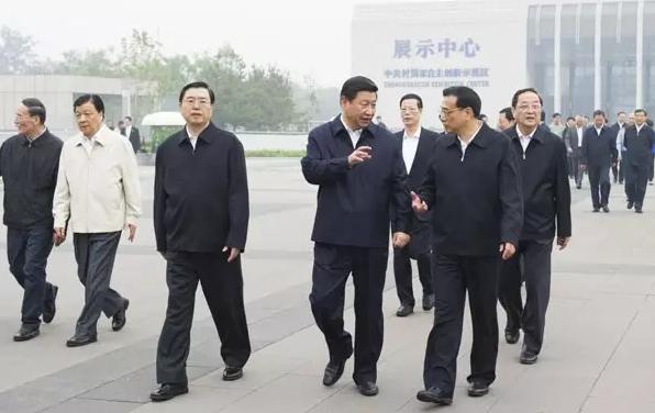 图为:2013年 9月30日,中共中央政治局在北京中关村以实施创新驱动发展战略为题举行第九次集体学习。这是习近平、李克强、张德江、俞正声、刘云山、王岐山、张高丽等参观中关村科技创新企业、科研单位重要创新成果后,边交谈边走向会场。