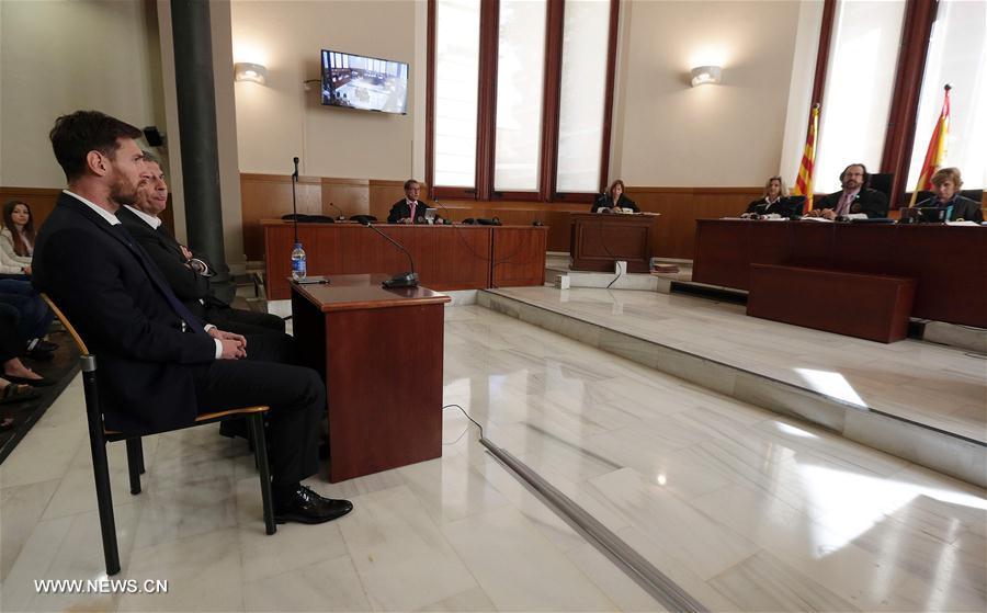 Lionel Messi et son père, face aux juges, au tribunal de Barcelone, le 2 juin 2016. (Xinhua/AFP)