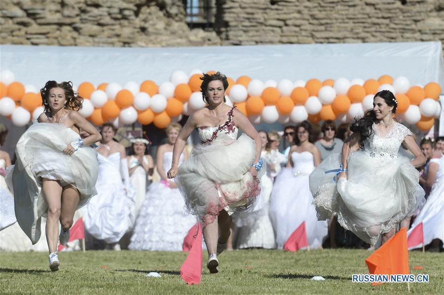 """""""Международный забег невест"""" в Эстонии"""