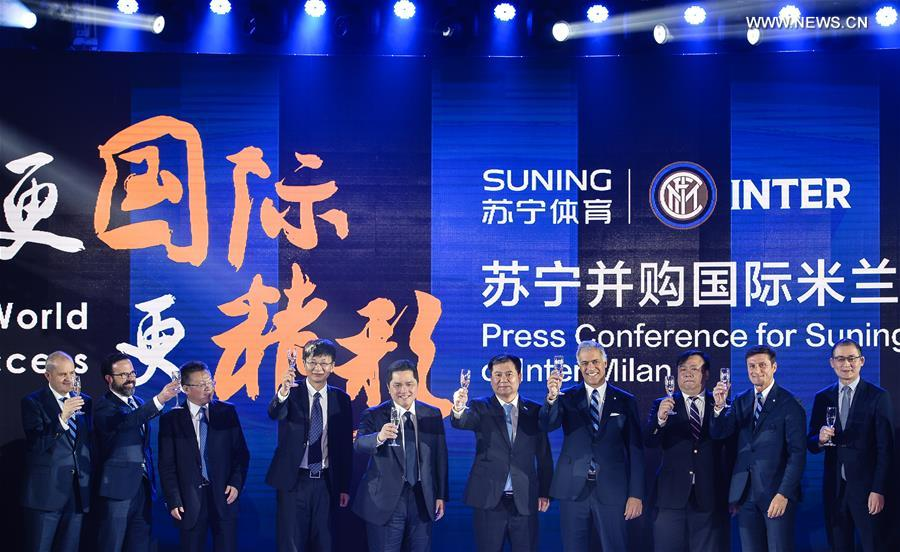 Suning Group Chairman Zhang Jindong(5th, R), Inter Milan President Erick Thohir(5th, L), Inter Milan Vice President Javier Zanetti(2nd, R) and other guests raise a toast at a news conference in Nanjing, capital of east China