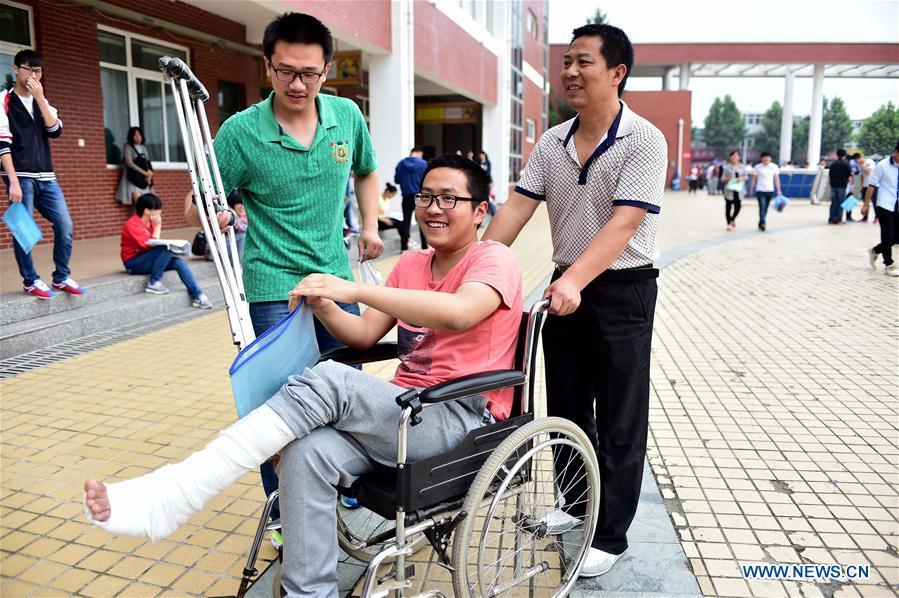 FEIDONG, 7 juin (Xinhua) -- Le candidat, Huang Jingyu, assis dans un fauteuil roulant, attend pour accéder à un centre d