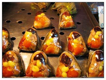 2. Les zongzi birmans Au Myanmar, on mange aussi des zongzi, mais leur dégustation n