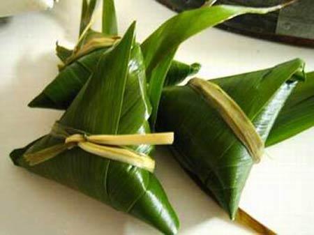 4. Les zongzi singapouriens Les Singapouriens, qui aiment beaucoup les fleurs, offrent des bouquets à leurs invités et colorent leurs zongzi avec des jus de fleurs. Préparés avec des feuilles vertes pliées en forme de polygone, ces zongzi de la taille d