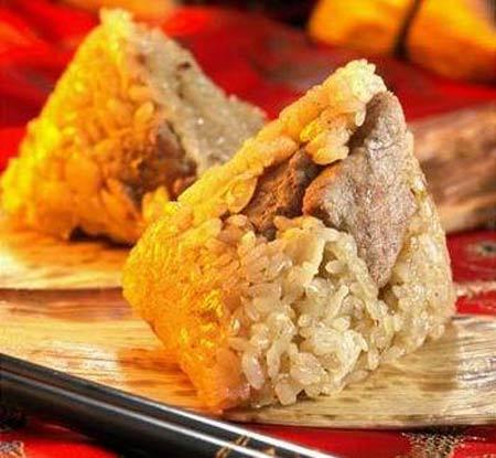5. Les zongzi malaisiens Les Zongzi malaisiens ressemblent à ceux préparés dans la région chinoise du Guangdong. Outre les variétés les plus populaires telles que les zongzi farcis à la viande ou au jambon, on trouve en Malaisie des zongzi à la purée de haricots rouges ou encore à la noix de coco, sucrés et délicieux.