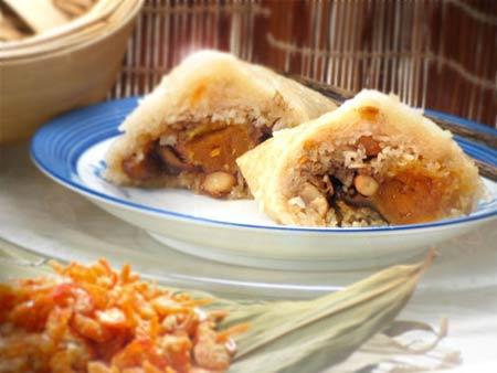 6. Les zongzi indonésiens Les Indonésiens aiment les zongzi au porc, au bœuf, au poulet, au porc fumé, au jambon, à la saucisse cantonaise, à la crevette et au poisson. Préparés avec du riz ordinaire, plus digeste que le riz glutineux, et enveloppés dans des feuilles de bambou qui leur donnent un délicieux parfum, les zongzi indonésiens mettent l