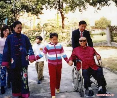 图为习近平与父亲习仲勋、妻子彭丽媛、女儿的家庭照。