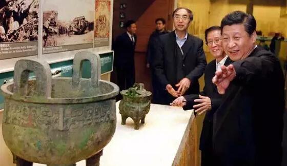 """2014年2月25日,习近平傍晚来到首都博物馆参观北京历史文化展览,在""""燕蓟神韵""""""""国际都会""""""""日下积胜""""等展区,他在一件件实物、一幅幅图片前驻足,认真听取介绍。在珍贵馆藏文物展台,习近平提醒忙着拍摄的记者们""""小心别碰到,砸了我得负责"""",幽默话语引来大家一阵笑声。(据新华社""""新华视点""""微博报道)"""