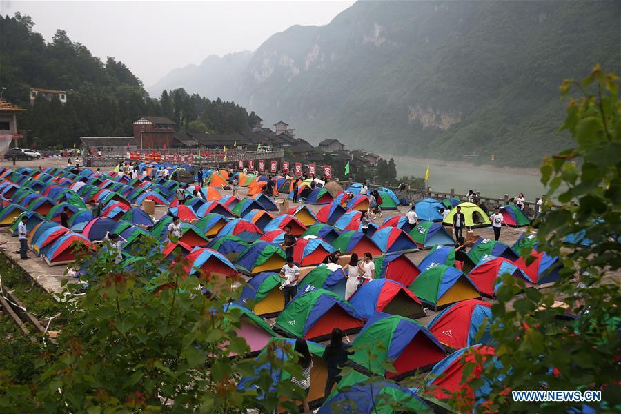 Des étudiants campent dans le bourg antique de Gongtan de l