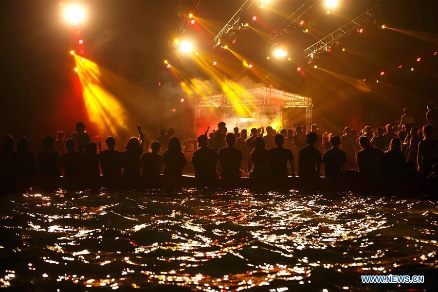 Des gens participent à un festival de musique à Suzhou, dans la province du Jiangsu (est de la Chine), le 9 juin 2016. Les Chinois ont joui des vacances de trois jours de la Fête des bateaux-dragons de différentes façons. (Xinhua/Huang Zhe)