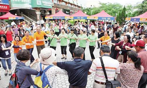 来自台湾的嘉宾与兴隆社区居民一起唱歌跳舞