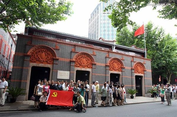 الصورة الملتقطة في يوم 25 يونيو 2011، أخذ الزوار الصور أمام موقع اجتماع المؤتمر الوطنى الأول للحزب الشيوعي الصيني بشانغهاي