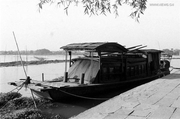 في صورة الأرشيف القارب المتشابه بالقارب الأحمر الذي اختتم فيه اجتماع المؤتمر الوطنى الأول للحزب الشيوعي الصيني