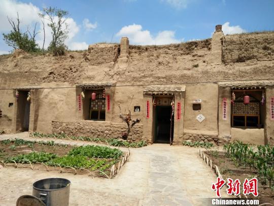 图为土城子村传统民居窑洞如今成为游客观景体验的去处。