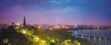 """为迎接二十国集团杭州峰会,杭州环西湖电力提升改造工程点""""靓""""西湖美景。  王 振摄"""