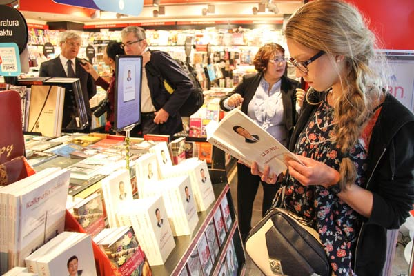 A visitor at a book fair in Chopin International Airport in Warsaw, Poland. [Photo by Chen Xu/Xinhua]