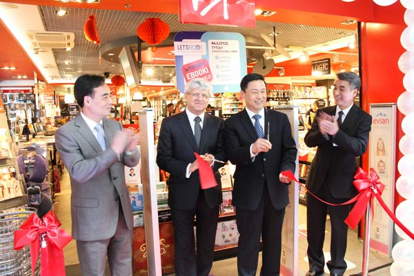 Guo Weimin (second, right), vice-minister of the State Council Information Office, opens the book fair with Polish guests. [Photo by Chen Xu/Xinhua]