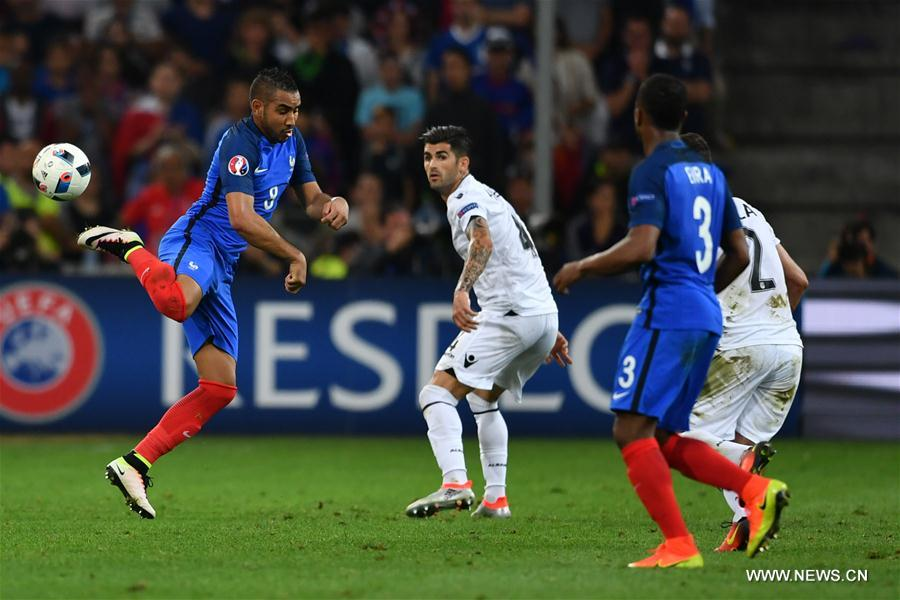 MARSEILLE, June 16, 2016 (Xinhua) -- Dimitri Payet (L) of France competes during the Euro 2016 Group A soccer match between France and Albania in Marseille, France, June 15, 2016. (Xinhua/Tao Xiyi)