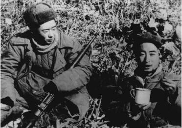刘德源在抗美援朝前线拍摄朝鲜人民军炮兵阵地